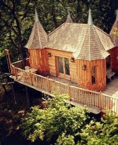 Treehouse + Castle = AMAZING! I need to stay here. / Châteaux dans les arbres Monbaz #AirbnbViews