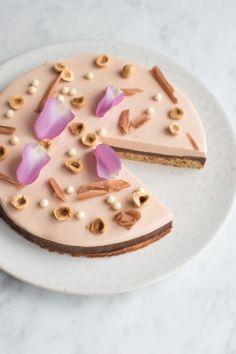 Kirsebærmousse kage med hvid chokolade, ganache og hasselnødder