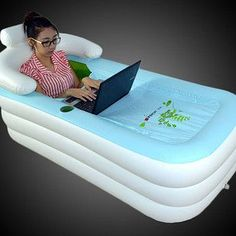 Una bañera inflable cubierta - A inflatable, covered bathtub that is about to take your Netflix binge to the next level.A inflatable, covered bathtub that is about to take your Netflix binge to the next level. Objet Wtf, My Pool, Kiddie Pool, Take My Money, Cool Inventions, Interior Design Living Room, Life Hacks, Rv Hacks, Camping Hacks