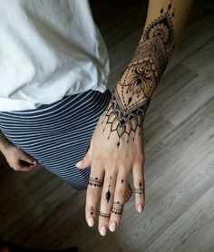 Henna art / tatoo in Chisinau / tatoo on hand / tatoo for women