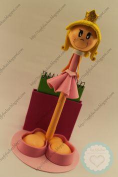 FofuBoli de la princesa Disney Aurora (Bella Durmiente) con su corona en goma EVA brillante dorada, su vestido en tonos rosas y blancos a conjunto con sus zapatos rosas, en sus estilizadas piernas esconde un bolígrafo Stabilo, incluye base y libreta. Todos mis FofuBolis están registradas y está prohibida su copia. http://topfofuchas.blogspot.com.es/2013/12/fofupluma-princesa-disney-aurora-bella.html