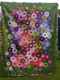 Cloth Marie: The first fumbling attempts. Patchwork Hexagonal, Hexagon Quilt Pattern, Quilt Block Patterns, Hand Quilting, Patchwork Quilting, English Paper Piecing, Quilting Projects, Bonnie Hunter, Amish Quilts