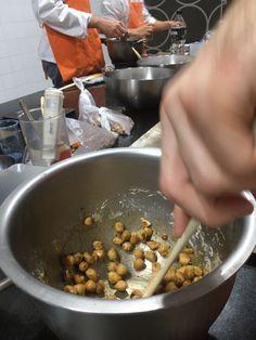 Trabajo en equipo, conocimiento de la materia prima, mejora de la técnica...  Todo esto y mucho más es lo que se puede aprender día a día en la Escuela de #Espaisucre en Barcelona.  Os compartimos unas fotografías de la Práctica de Caramelizados que han realizado nuestros alumnos de la XVI Promoción de Pastelería de Restaurant.