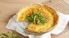 Quiche Lorraine med ost og bacon Quiche Lorraine, Hummus, Bacon, Breakfast, Ethnic Recipes, Food, Pai, Morning Coffee, Meals