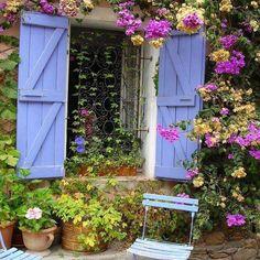 プロバンスの住宅は雨戸を取り付けている家が多くみられます。