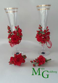 Wedding Toasting Glasses, Wedding Champagne Flutes, Champagne Glasses, Decorated Wine Glasses, Painted Wine Glasses, Wine Glass Crafts, Bottle Crafts, Bride And Groom Glasses, Country Christmas Decorations