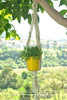 Suporte para vaso confeccionado em fio de algodão cru.  #macramê #artesanato #makrame #macrameart