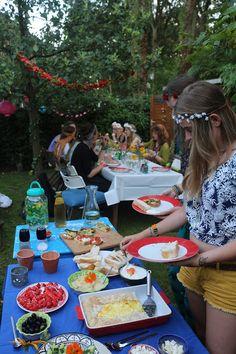 Tuinfeest in hippie stijl met lekker eten en gezellige mensen