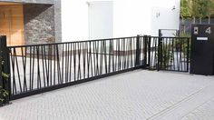 Moderne stalen schuifpoort met jungle patroon House Fence Design, Modern Fence Design, Door Gate Design, Balcony Grill Design, Balcony Railing Design, Modern Balcony, Balkon Design, Modern Farmhouse Exterior, Fenced In Yard