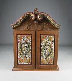 Rosemalt hengeskap med to dører, Telemark 1800 t. Rosemalt tidlig 1900 t. Utskåret og dekorert innvendig. H: 94 cm. B: 72 cm. Prisantydning: ( 6000 - 7000) Solgt for: 5500