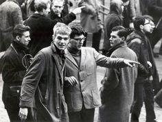 Koningshuis Nederland. Huwelijksvoltrekking Prinses Beatrix en Prins Claus. Rellen. Rondkijkende jongelui tijdens rellen op het Rokin. Nederland, Amsterdam, 10 maart 1966.