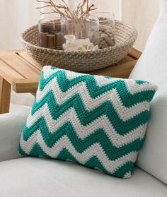 Seaside Pillow Free Crochet Pattern in Red Heart Yarns ༺✿ƬⱤღ https://www.pinterest.com/teretegui/✿༻