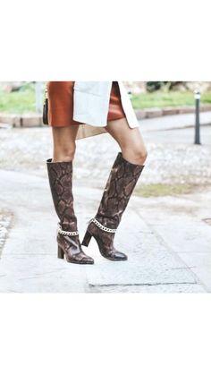 Aggiungere una catena a degli stivali per renderli cool per l'autunno/inverno 2020/2021 Diy Fashion, Fashion Shoes, Professional Clothing, Shoe Refashion, Boot Jewelry, Winter Boots, Diy Clothes, Riding Boots, Chain