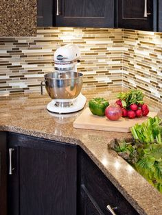 The Viatera Kilauea Quartz Countertop And Glass/stainless Steel Backsplash  Provide Style And Easy Care For This Busy Family.