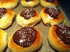 Evas Køkken: Verdens bedste fastelavnsboller med marcipanremonce.De er så lette og så fine,de er ikke så søde som mange fastelavnsboller ellers er,endejlig mundfuld.....Berit