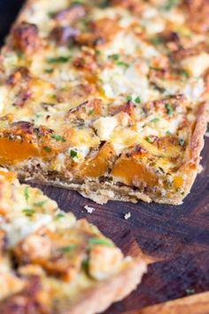 A Savoury Sweet Potato, Feta and Caramelised Onion Tart This Sweet Potato and Feta Tart, with its hidden layer of caramelised onion, is the perfect vegetarian dish for an easy lunch or a light dinner. Tart Recipes, Veggie Recipes, Dinner Recipes, Cooking Recipes, Vegetarian Tart, Vegetarian Recipes, Healthy Recipes, Vegetarian Sweets, Caramelised Onion Tart