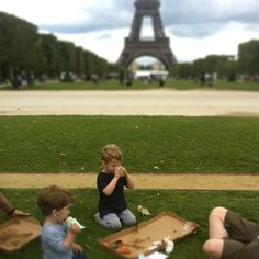 I SO want this to be my life .. pizza with the kids in front of the Eiffel Tower.