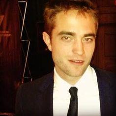 "Robert Pattinson last night ""AiFAWARDS"" fan pics with lucky girls.."