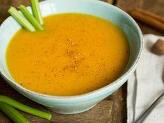 Was ergibt die Kombination aus Kürbis und Süßkartoffel? Eine wunderbar sämige Suppe, die dich mit ihrer leichten Süße und einem Hauch Zimt an kalten Tagen fröhlich stimmt.
