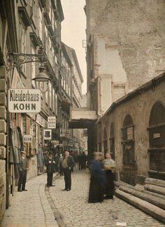 Desconocido fotógrafo, 23 de abril 1913, Judengasse, Viena Encuentra más ejemplos de la fotografía en color temprano aquí.