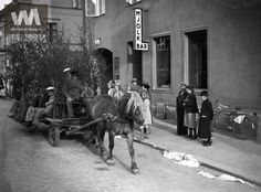 """Studentfirande år 1940 med häst och vagn, Karlstad. """"Mjölkbar"""" i bakgrunden!"""