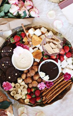 A Dessert Fondue Platter is the perfect way to entertain or spend quality time with your bae. Get ideas and two dessert fondue recipes for date night or dinner party, here. dinner party How to Make a Beautiful Dessert Fondue Platter for a Party Party Platters, Food Platters, Snacks Für Party, Appetizers For Party, Dinner Parties, Dinner Party Desserts, Dessert Ideas For Party, Girls Night Appetizers, Parties Food