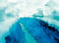 Alpina Feine Farben No. 15 – Licht der Gletscher. Jökulsárlón bedeutet Gletscherflusslagune und ist der Name des größten und tiefsten Gletschersees Islands. Berühmt ist der See aber vor allem für die bis zu 15 Meter hohen Eisberge, die in eisig klarem Blau darauf treiben. Die Farbe entsteht, weil sich in kompaktem Eis das Licht so bricht, dass vorwiegend die blauen und türkisen Lichtanteile reflektiert werden. #Design #DIY #Farbe #Einrichten #Wohnen #Inspiration #Premium #Innenfarbe #blau
