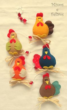 No Pattern Galinhas versão 3 by Mimos e Feltros. Version 3 hens by Mimes and felts. Felt Diy, Felt Crafts, Fabric Crafts, Sewing Crafts, Felt Christmas Ornaments, Christmas Crafts, Baby Dekor, Craft Projects, Sewing Projects