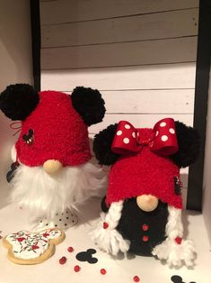 Disney Inspired Minnie & Mickey Gnome home decor how to make Disney Diy Crafts, Disney Home Decor, Diy And Crafts, Crafts For Kids, Sock Crafts, Adornos Halloween, Christmas Gnome, Etsy Christmas, Disney Scrapbook
