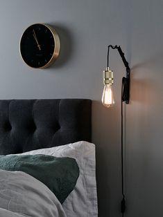 Seinäteline on tarkoitettu pienille riippuvalaisimille ja ikkunavalaisimille, joista saa seinätelineen kanssa tehtyä seinävalaisimen. Musta metalliteline. Saatavana myös valkoisena.