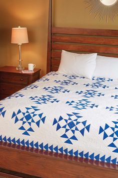 Liz Porter designed and made Corona Del Mar, a traditional two-color quilt, with open spaces for special quilting. Flying Geese units surround the quilt blocks for a perfect finish. Colchas Quilt, Quilt Bedding, Quilt Blocks, Star Blocks, Two Color Quilts, Blue Quilts, Amish Quilts, Star Quilts, Scrappy Quilts