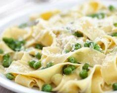 Gratin aux restes de pâtes, petits pois et parmesan : http://www.fourchette-et-bikini.fr/recettes/recettes-minceur/gratin-aux-restes-de-pates-petits-pois-et-parmesan.html