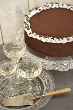 Trüffel torta Közel egy kiló csokoládé van benne. Azt hiszem, ezzel nagyjából mindent el is mondtam. Hogy az egészet a tejszín lágysága teszi krémessé és karakteressé, az már csak a ráadás. Ez a torta már a megjelenésével is hódit. Csokirajongóknak már-már kötelező.  Neked Cake Budapest