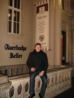 """Stadtbesichtigung anlässlich des Workshops: vor dem legendären Gasthaus #Auerbachs Keller, in dem in #Goethes """"Faust"""" Mephisto die Studenten verzauberte"""