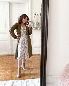 Vous savez, j'aime les rendez-vous. Désormais, je vous partagerai chaque mercredi, une photo de ma tenue du jour! ⠀⠀⠀⠀⠀⠀⠀⠀⠀ ⠀⠀⠀⠀⠀⠀⠀⠀⠀ J'avoue que celle-ci, n'a pas été prise aujourd'hui mais c'est une tenue que j'ai beaucoup aimé porter lors de la transition de l'été à l'automne: Ma robe fleurie que vous avez vu passer souvent ce réseau, avec mon trench kaki et des bottines beige! Comme il fait plus frais aujourd'hui, j'ajouterais un pull beiges et des collants évidemment 🍂⠀⠀ Trench Kaki, Pull Beige, Style Personnel, Photo Portrait, Inspiration Mode, Hui, Blogging, Summer Dresses, Fashion
