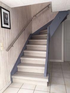 escalier qui monte dans les combles avec l 39 ouverture cr e dans le plafond pour laisser passer. Black Bedroom Furniture Sets. Home Design Ideas