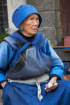 Anciana naxi. Lijiang, Elderly Naxi traditional dress. © Inaki Caperochipi Photography  Me hace pensar, que el vestido que uno luce es en realidad, las prendas que les son utiles para las actividades que realiza cotiadianamente y que reutiliza una y otra y otra vez para cubrise, alimentarse, proveerse, cobijarse y sobre todo que luzcan lindas en conjunto. Cada uno podria lucir su propio traje asi. Asi mi ropa diria, esta es Yolo :D