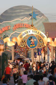 Disneyland Paris, Disney Village - Guests At Disney Village Trips To Disneyland Paris, Disneyland World, Disney Love, Disney Magic, Park Signage, Disney Parks, Walt Disney, Disney Aesthetic, Disney Pictures