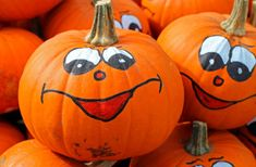 It's Halloween time! We've a host of spooktacular ideas and fun creepy things for you to do in our spookiest ever Mykidstime Guide to Halloween Fun Ideas! Photo Halloween, Halloween Wishes, Halloween Images, Halloween Themes, Halloween Pumpkins, Halloween Crafts, Vintage Halloween, Happy Halloween, Halloween Decorations