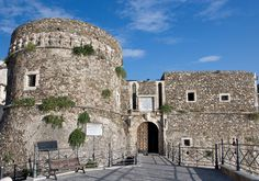 Das Castello Murat von Pizzo wurde Ende des 15. Jahrhunderts unter aragonesischer Herrschaft errichtet und wurde als Ort der Hinrichtung Joachim Murats bekannt. Pizzo, die Heimat des Tartuffo-Eis, ist ein pittoresker Fischerort und liegt auf einem Felsplateau am Golf von Sant' Eufémia.