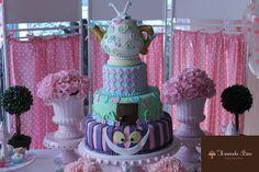 Bolo para aniversário de um aninho de uma menininha chamada: Alice. O tema não poderia ser outro!
