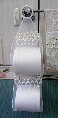 -Porta papel higiênico de organza bordado em pedraria para dois rolos.