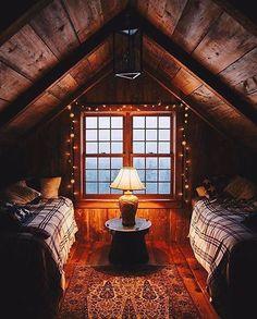 Log cabin living room decorating ideas cabin bedroom decor rustic cabin bedroom decorating ideas log home Attic Renovation, Attic Remodel, Cozy Cabin, Cozy House, Cozy Cottage, Rustic Cottage, Style Cottage, Guest Cabin, Garden Cottage