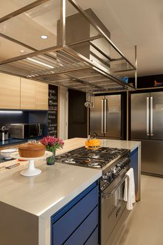 Look at the spacing between the range and the edges. need comfortable room Modern Kitchen Cabinets, Kitchen Interior, Kitchen Dining, Kitchen Decor, Luxury Kitchens, Cool Kitchens, Kitchenette, Beautiful Kitchens, Kitchen Remodel