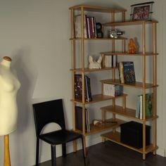 Bibliothèque en bois massif 2 en 1: bibliothèque droite ou bibliothèque d'angle avec angle modulable de 90° à 180°. Meuble éco-conçu de fabrication française.