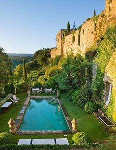 Eagle's Nest Garden, Luberon, France (Provence) / pool with urns at corners Luberon Provence, Provence France, Garden Pool, South Of France, Cool Pools, Travel And Leisure, Jacuzzi, Oh The Places You'll Go, Architecture