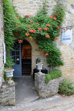 Beynac-et-Cazenac en Dordogne, France Saint Junien, Visit France, Dordogne, French Countryside, Grand Entrance, France Travel, Windows And Doors, Monuments, Wonders Of The World