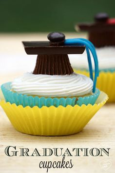 The cutest graduation cupcakes ever!! You've got to make these!! Use their school colors and they're such cute cupcakes.