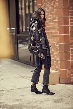 Visto en New York Fashion Week, el sportwear en prendas de terciopelo, cuero y vinilo.