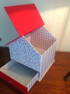 Cuatro casitas iguales, pero distintas. Para regalar a bebés, dos para niña y dos para niño. ... Diy Cardboard Furniture, Cardboard Crafts, Easy Paper Crafts, Diy Home Crafts, Scrapbook Box, Diy Storage Boxes, Art And Hobby, Small Sewing Projects, Fun Fold Cards